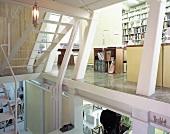 Mehrstöckiges Büro mit Schreibtischen