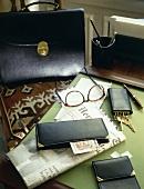 Accessoires aus schwarzem Leder für Männer (Aktentasche, Portemonnaie, etc.)