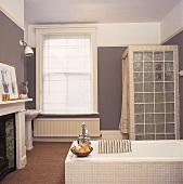 Duschwand aus Glasbausteinen in einem grauen Badezimmer mit Sisalteppich