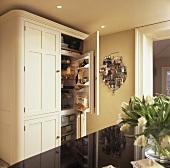 Cremefarbener Küchenschrank mit eingebautem Kühlschrank und Gefrierschrank