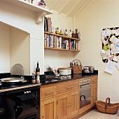 Bücherregal über einer Küchenzeile mit eingebautem Elektro-Backofen