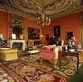 Apricot und Gold in Salon mit reich verzierter Decke und antiken Teppichen und Möbeln