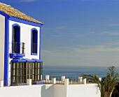 weiße Villa mit blauem Anstrich am Meer im Süden von Spanien