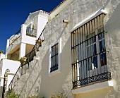 weiße Villa mit Fenstergittern in Südspanien