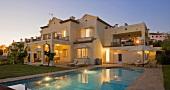 Grosse spanische Villa mit Swimmingpool in Abendbeleuchtung
