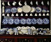 Antike Anrichte mit einer Sammlung von blau-weißem Geschirr