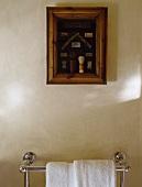 Eingerahmte Collage mit Rasierzubehör über einem Handtuchhalter aus Chrom