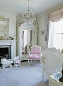 Weißer Spiegel-Kleiderschrank und ein rosa Louis IV-Stil Stuhl im Kinderzimmer Schlafzimmer mit Kinderbett und grauem Teppich