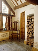 Jakobinischer Stuhl in der Ecke des Saal im Landhaus mit Steinboden und Holz in großen Alkoven gelagert