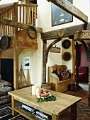 Kiefer-Tisch in der Halle mit sichtbaren Balken in der Landhaus Halle