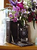 Alte Rolleiflex-Kamera und frische Blumen