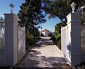 Lange Auffahrt zu einer großen Villa in Südspanien