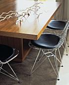 Nahaufnahme von Charles Eames Drahtstühlen mit modernem hölzernen Esstisch