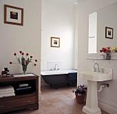 Ein großes und steriles Badezimmer, das mit einem Fliesenboden ausgestattet ist