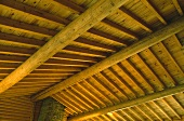 Nahaufnahme einer Balken-Holzdecke