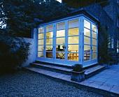 Ein Einblick aus dem Innenhof durch die Fensterfront des modernen Wintergarten