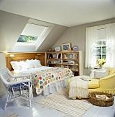 Schönes, helles Zimmer im Dachgeschoss mit lackiertem Dielenboden und Velux-Dachfenster in der Dachschräge