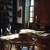 Antikes Büro mit Schreibtisch und Federkielen