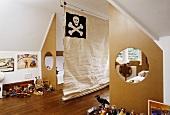 Kinderzimmer mit zwei Betten, die vom Zimmer durch ausgeschnittenen Sperrholzplatten abgetrennt sind und Canvas mit Totenkopf als Raumteiler