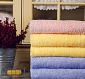 Gestapelte Handtücher in Pastellfarben