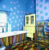 Poppiges Bad mit Wand- und Bodenbemalung