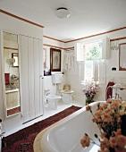Traditionelles weißes Badezimmer mit innenseitigen Fensterläden