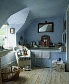 Traditionelles blau getünchtes Badezimmer unter dem Dach mit Holzdielen