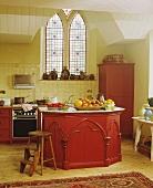 Traditionelle Küche mit Kücheninsel im neogotischen Stil in ehemaliger Kirche