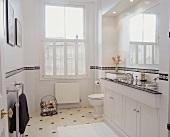 Weißes Bad mit Fensterläden