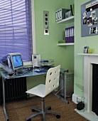 Modernes Home Office im hellgrün gestrichenen Raum