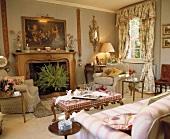 Traditionell eingerichtetes Wohnzimmer mit Kamin