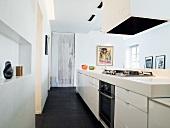weiße Küchenzeile mit Abzugshaube