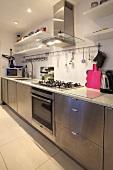 Eine Küchenzeile mit Edelstahlfronten