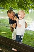 Vater mit der kleinen Tochter am See