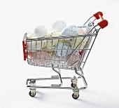Gefärbte Wachteleier zu Ostern in einem Mini-Einkaufswagen