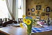 Esszimmer mit Bildergalerie & rustikal gedecktem Holztisch