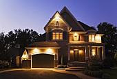 Beleuchtetes Einfamilienhaus in der Nacht