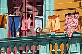 Wäsche hängt vor Haus in Caminito, La Boca, Buenos Aires, Argentinien