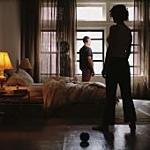 Frau und Mann stehen in einem Schlafzimmer