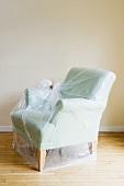 Sessel mit Umzugsfolie geschützt
