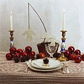 Weihnachtlicher Tisch mit roten Kugeln und Engeln aus Filz