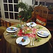 Festlich gedeckter Weihnachtstisch in Olivgrün und Rot