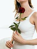 Frau mit einer roten Rose