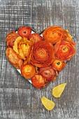 Herzförmiges Holzbrettloch mit Ranunkelblüten