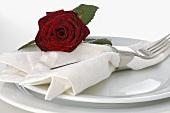 Festliches Gedeck mit roter Rose