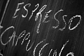 Tafel mit Kreideschrift: Espresso, Cappuccino