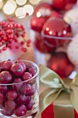 Christmas decoration: cranberries & Christmas tree baubles