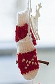 Christmas decoration: woollen mittens and felt reindeer