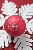 Weihnachtsdeko: Christbaumkugel auf Schneeflocke aus Filz