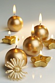 Goldfarbene Kerzen und ein Strohstern
